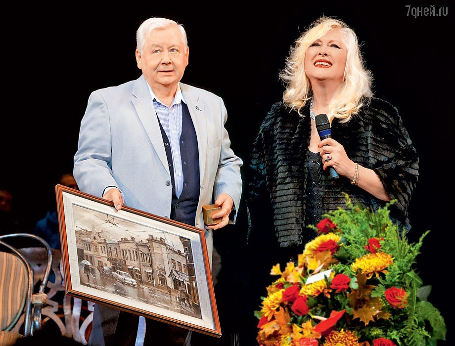 Олег Табаков дарит картину Дмитрия Козлова из серии «Старая Москва» Ирине Мирошниченко на день рождения.